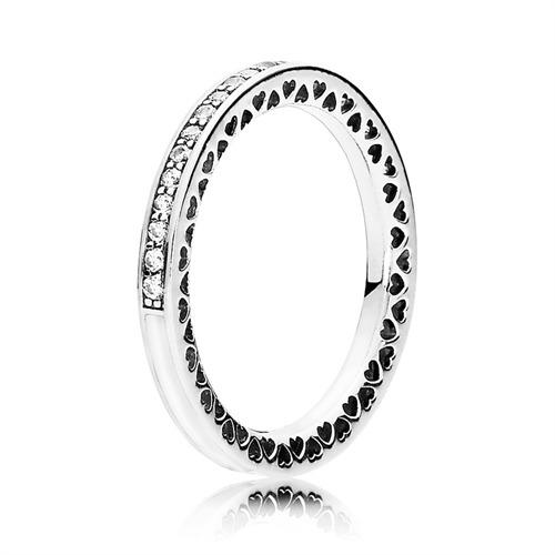 Eleganter Ring mit Zirkonia Steinen