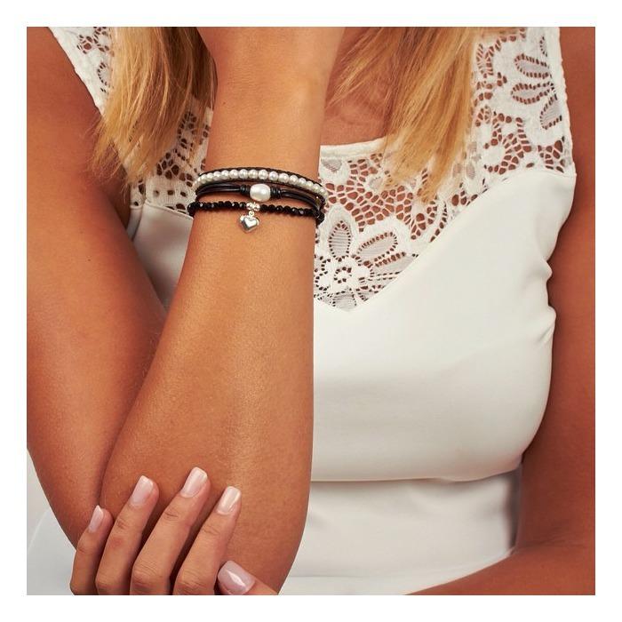 Schwarzes Echtlederarmband mit weißen Perlen