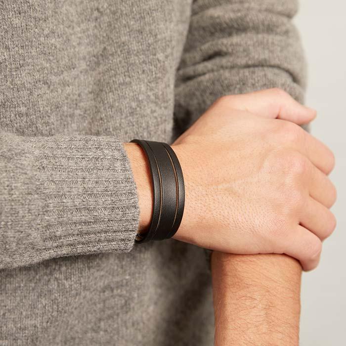 Schwarzes Kunstleder-Armband mit Schlitzen