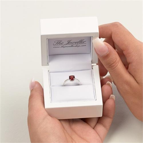 14 Karat Weißgold Ring mit Granat und 8 Diamanten