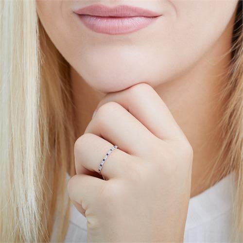 Ring aus 585er Weißgold mit Saphiren und Weißtopasen