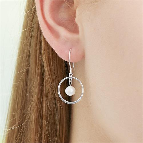 Ohrhänger aus 925er Silber mit Süßwasserperlen