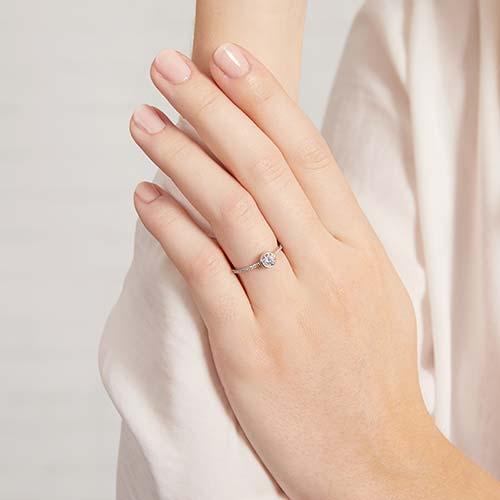 Zirkoniabesetzter Verlobungsring aus 9K Weißgold