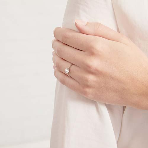Zirkoniabesetzter Verlobungsring aus 375er Weißgold