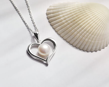 Silver necklaces with pearls